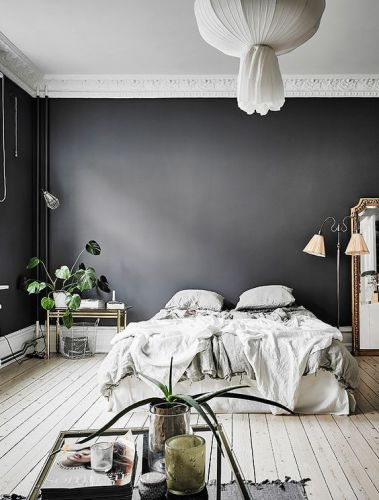 Zwarte muur - lichte vloer